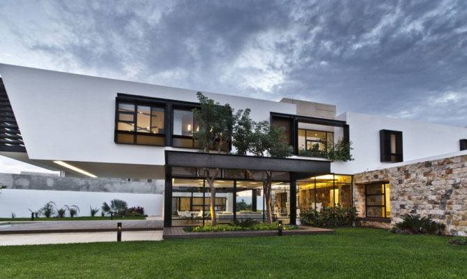 Cantilevered Home Shaping Indoor Outdoor Lifestyle